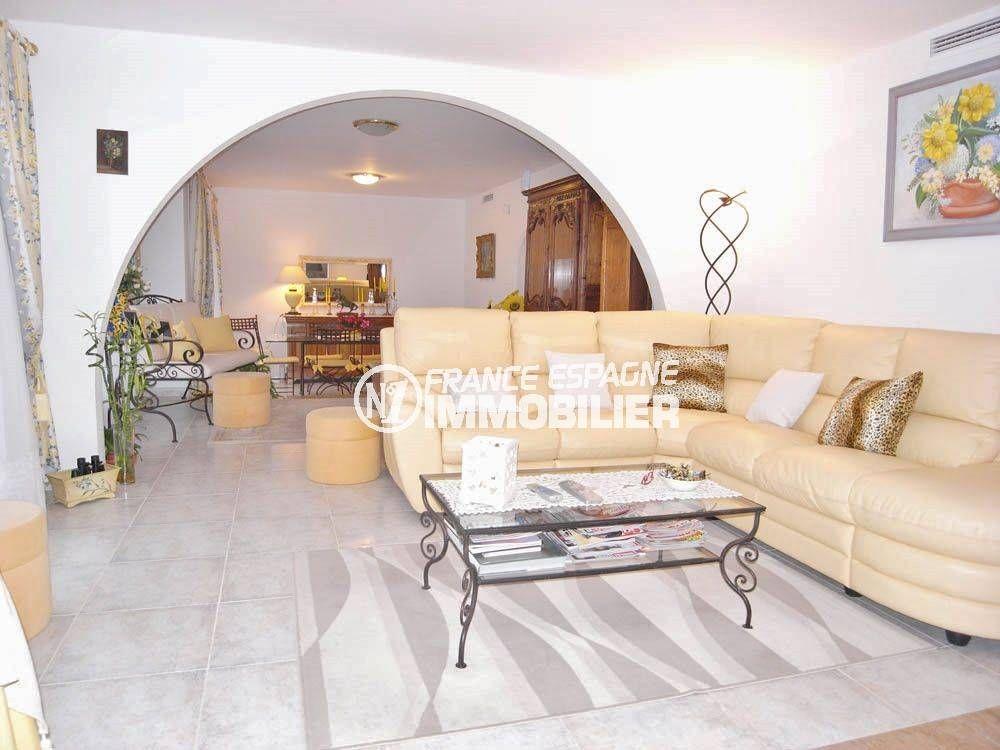 maison a vendre espagne costa brava, ref.377 aperçu salon / salle à manger donnant sur terrasse vue mer