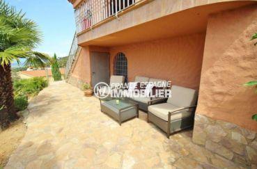immo roses: villa de 274 m², coin détente aménagé dans le jardin terrain de 1200 m²