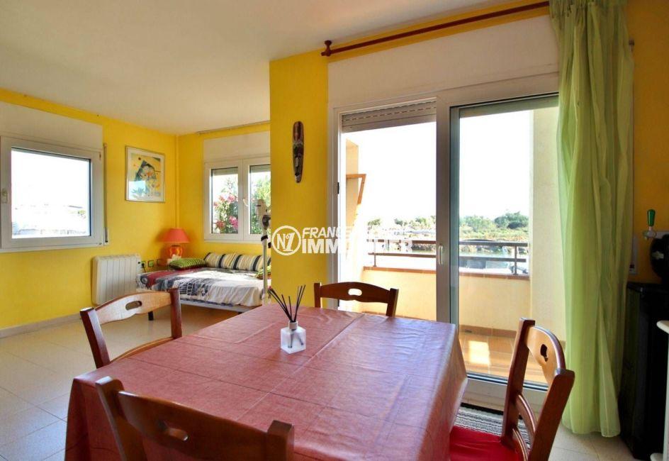 immo roses: appartement ref.3746, séjour / salle à manger avec accès sur la terrasse