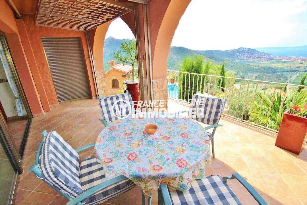 maison a vendre a rosas, piscine, coin détente sur la terrasse accès salon / séjour