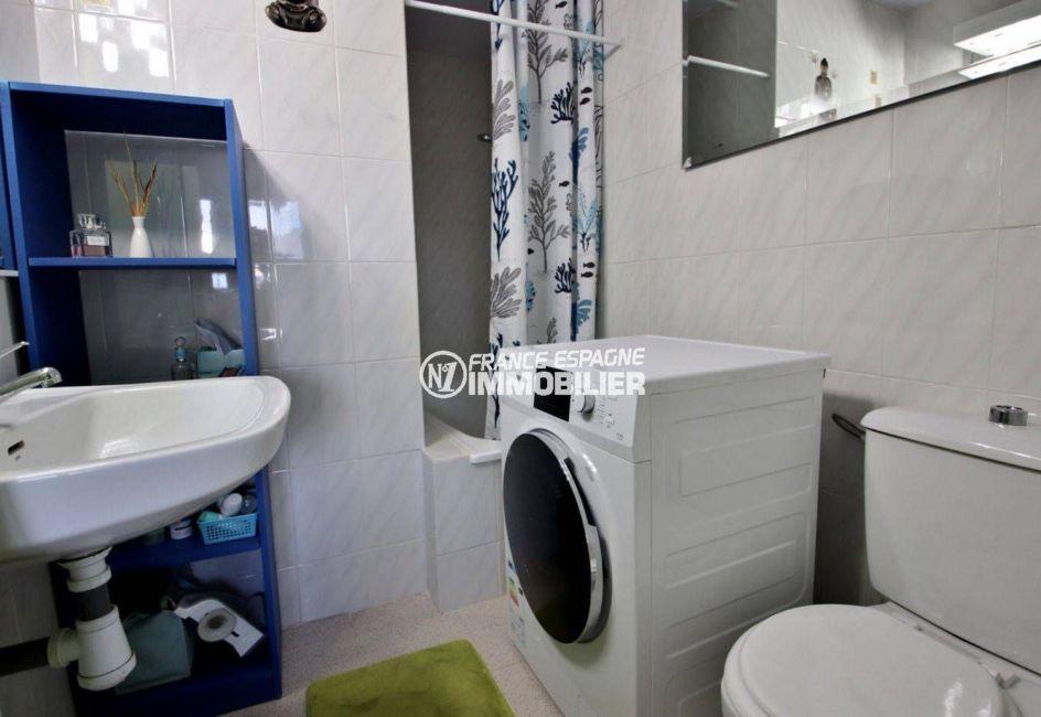 immo roses espagne: appartement ref.3746, salle d'eau de la suite parentale avec wc et rangements