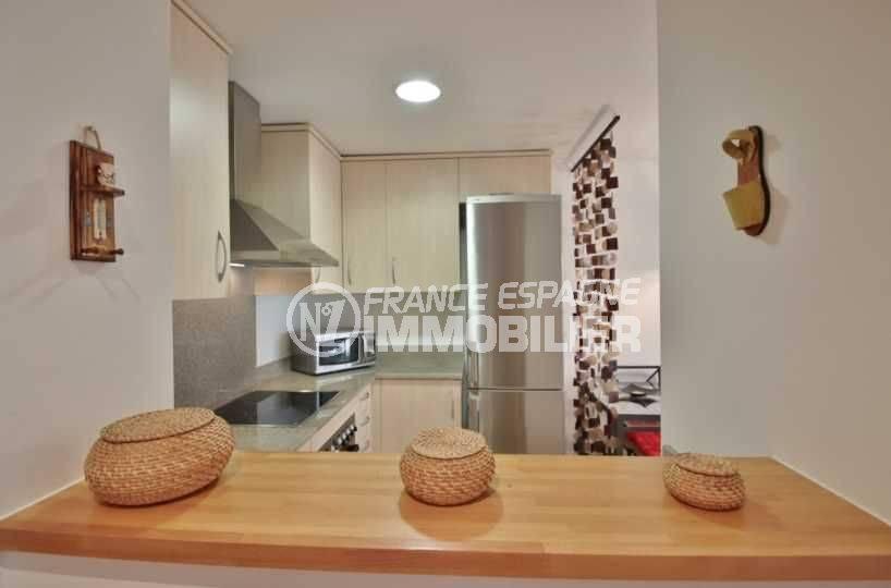 agence immo rosas: appartement ref.3748, vue latérale de la cuisine avec plan de travail