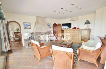 maison a vendre espagne, à roses, salon / séjour avec cheminée accès terrasse