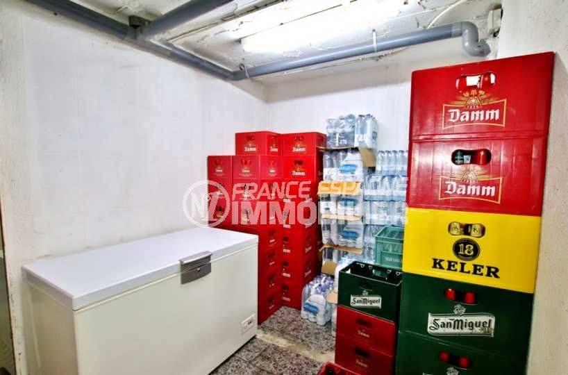 achat rosas espagne: commerce à santa margarita, réserve de stockage avec congélateur
