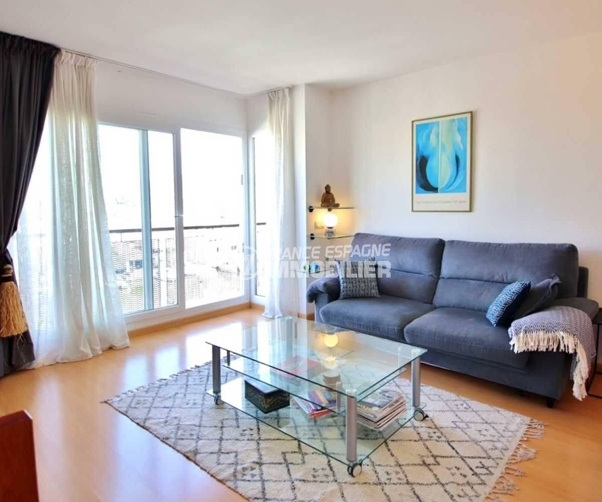 appartement a vendre a rosas, piscine, vue sur le salon / séjour lumineux