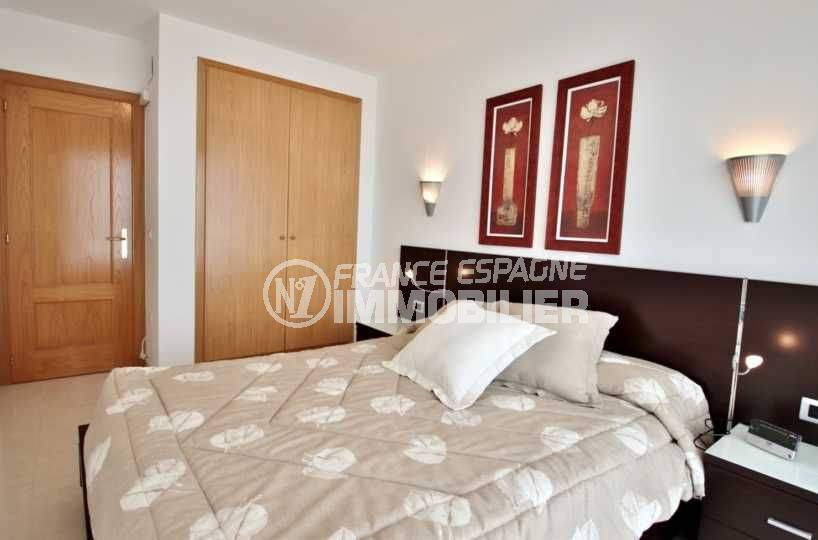 immo center rosas: appartement ref.3745, vue chambre parentale avec placards