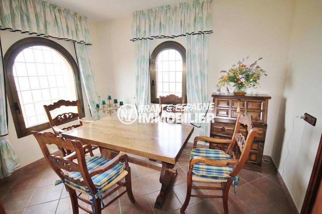 roses immobilier: villa 274 m², coin repas aménagé près de la cuisine