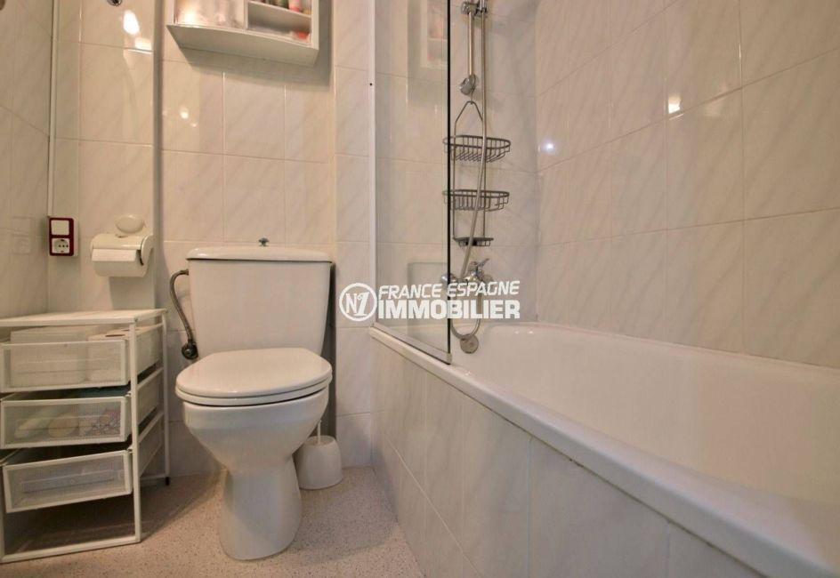 appartement costa brava, ref.3746, salle de bains avec wc, rangements