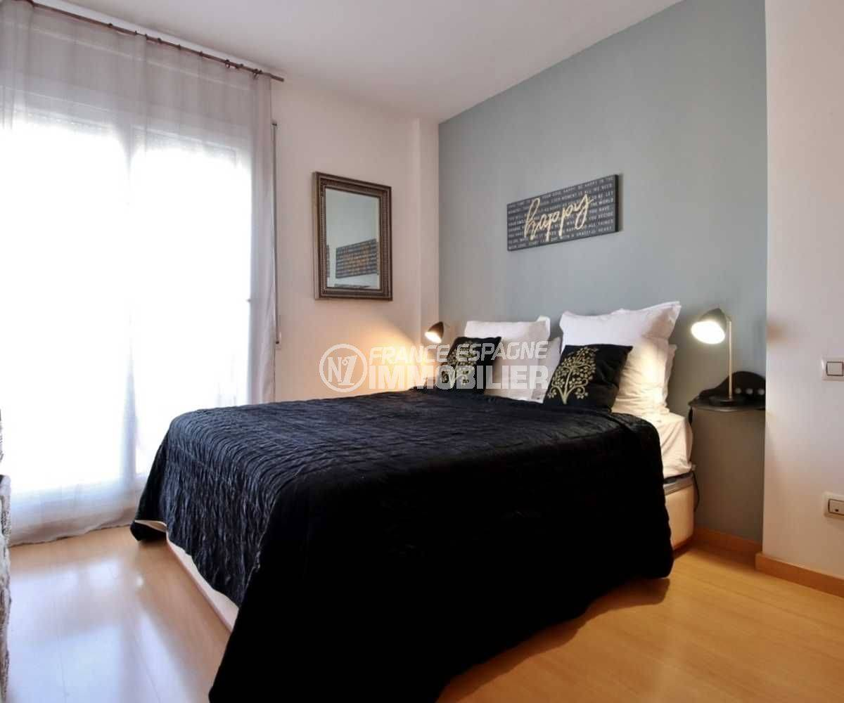 vente appartement rosas espagne, atico 48 m², chambre lumineuse avec lit double
