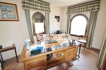 maison a vendre espagne rosas, chambre 3 lumineuse aménagée en bureau