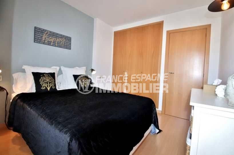 vente appartements rosas espagne, piscine, chambre avec lit double et placards intégrés