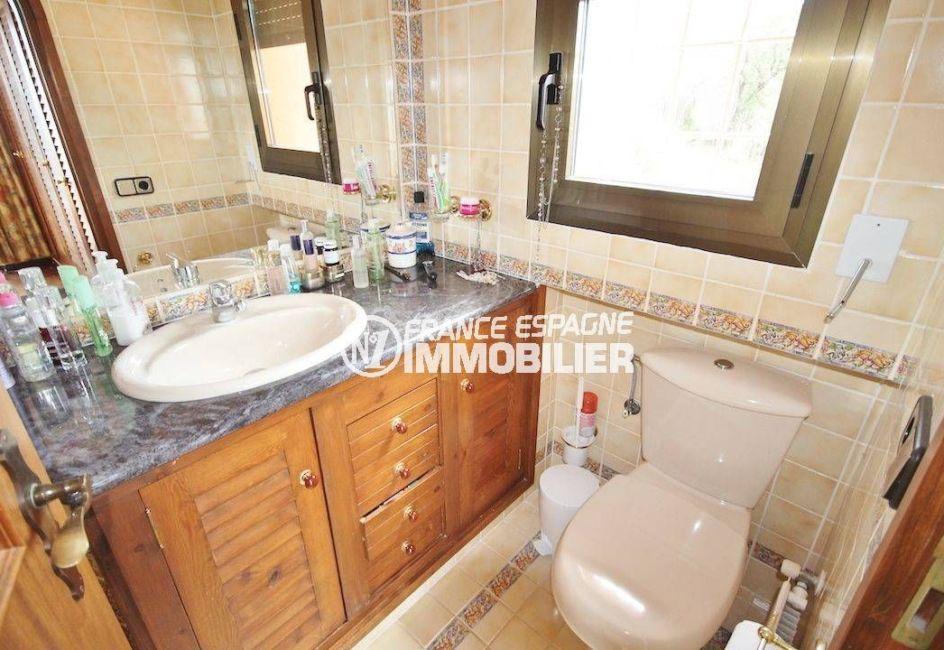 la costa brava: villa 274 m², salle d'eau avec meuble vasque et wc