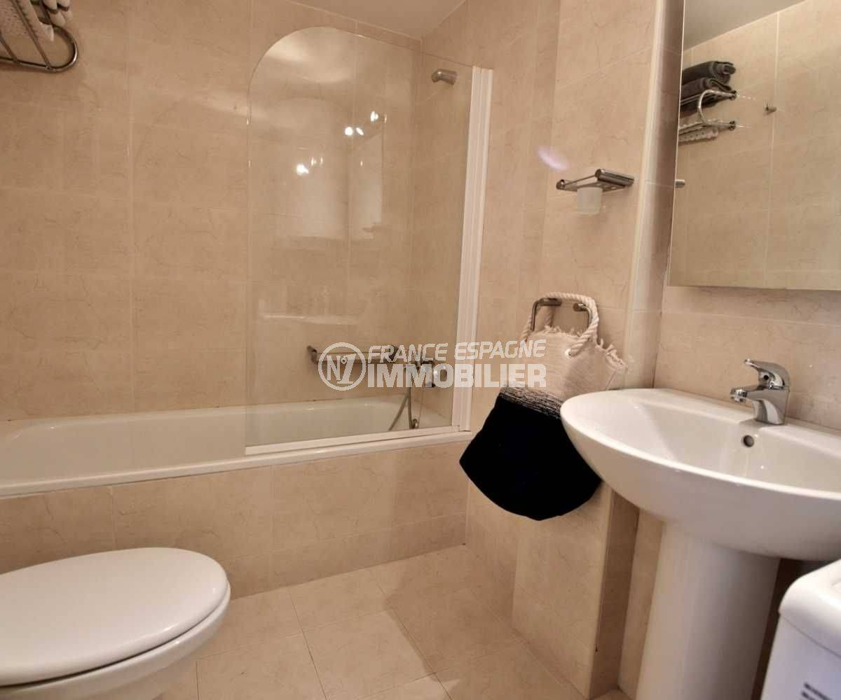 appartement à vendre à rosas espagne, vue mer, salle de bains avec baignoire, lavabo et wc