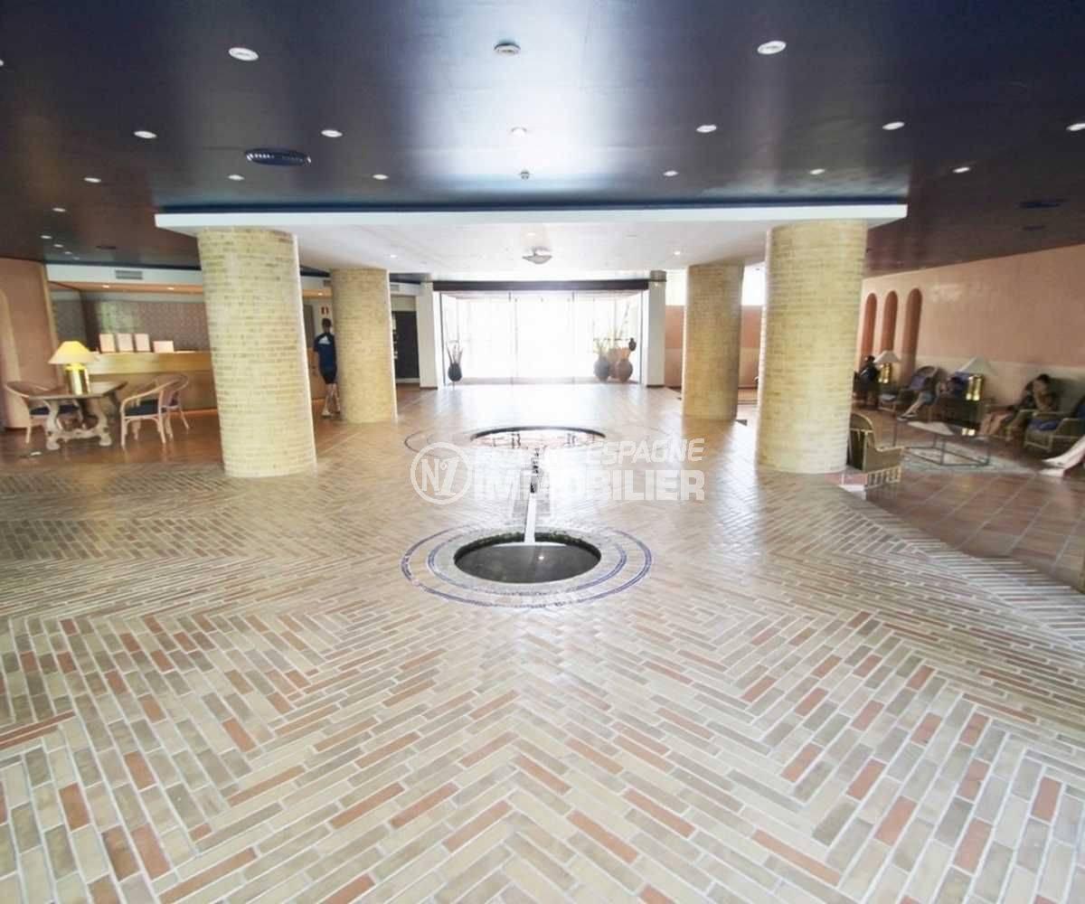 immo roses: bel appartement dans résidence avec piscine et parking, vue du hall d'entrée
