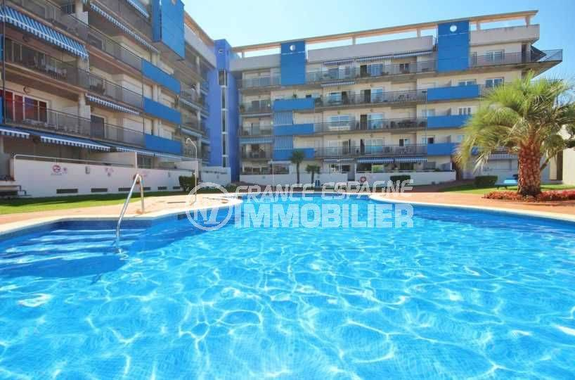 immobilier costa brava: appartement 48 m², vue plongeante sur la piscine communautaire
