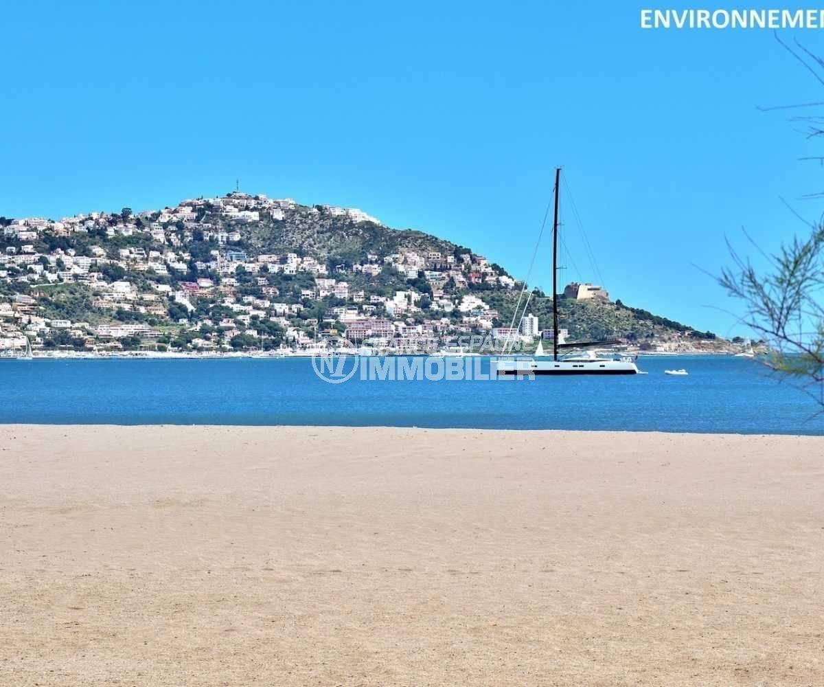 vue sur la plage et le puig rom aux environs