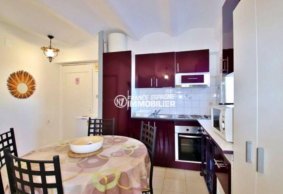 roses espagne: appartement 39 m², salon / séjour avec cuisine ouverte coin repas