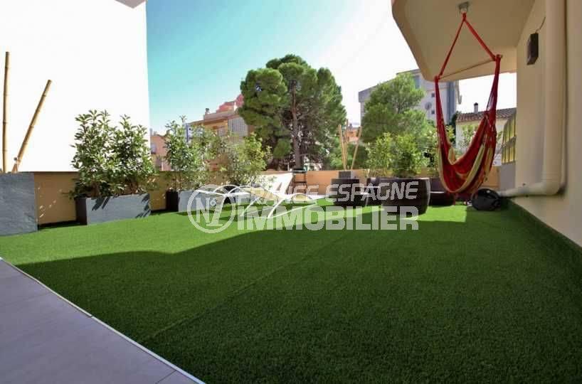 agence immo rosas: ref.3760, magnifique terrasse plain-pied de 78 m² pelouse synthétique