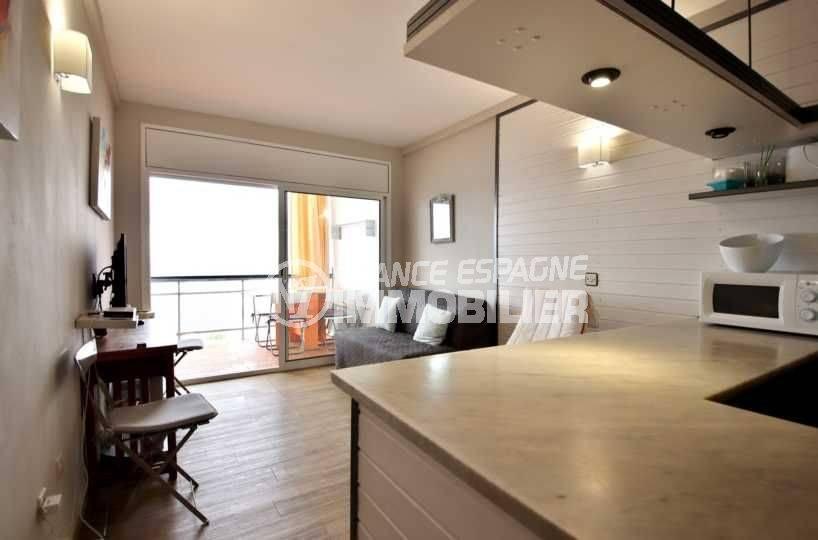 immo roses: studio ref.3761, vue du séjour et terrasse depuis le coin cuisine