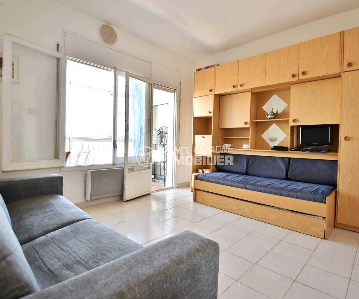 agence immobilière costa brava: studio 27 m², pièce principale avec canapé, meuble et lit gigogne