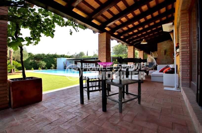 vente immobilier costa brava: villa sécurisée, coin repas et détente près de la piscine