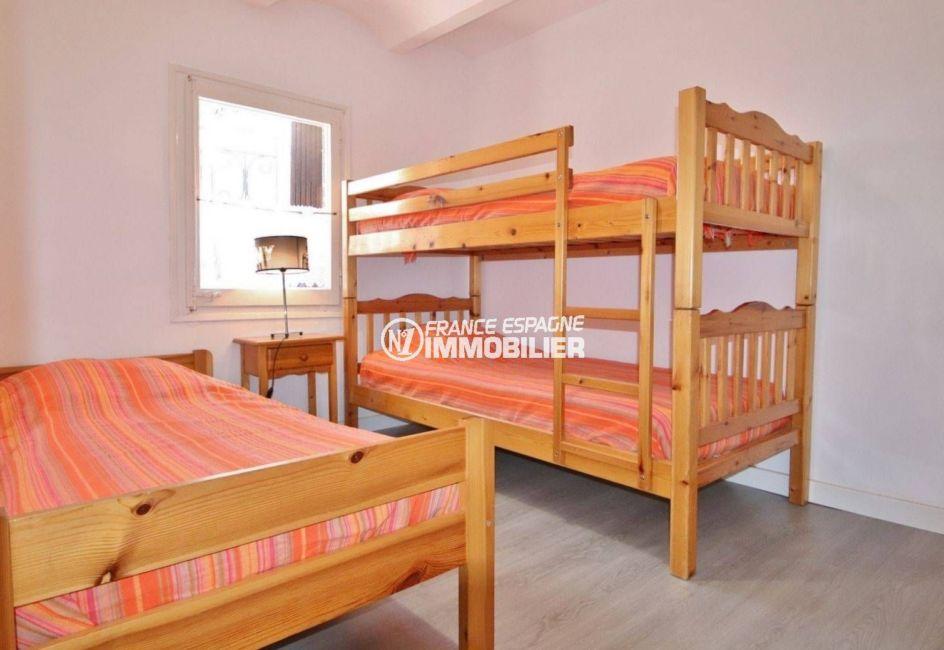 acheter appartement rosas, rénové 39 m², deuxième chambre avec lit double et lits superposés