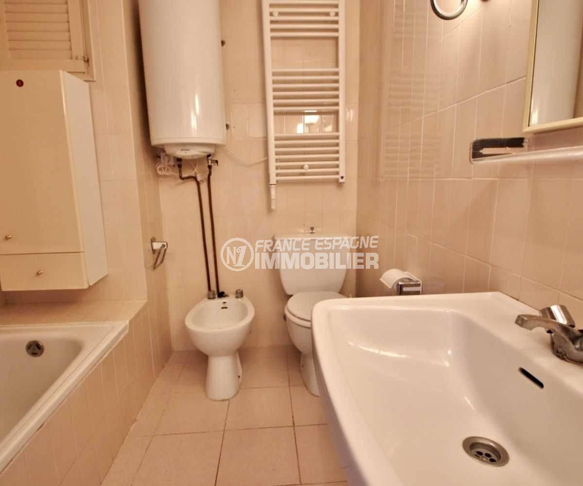 agence immobiliere costa brava: studio 27 m², salle de bains avec baignoire, lavabo, wc et bidet