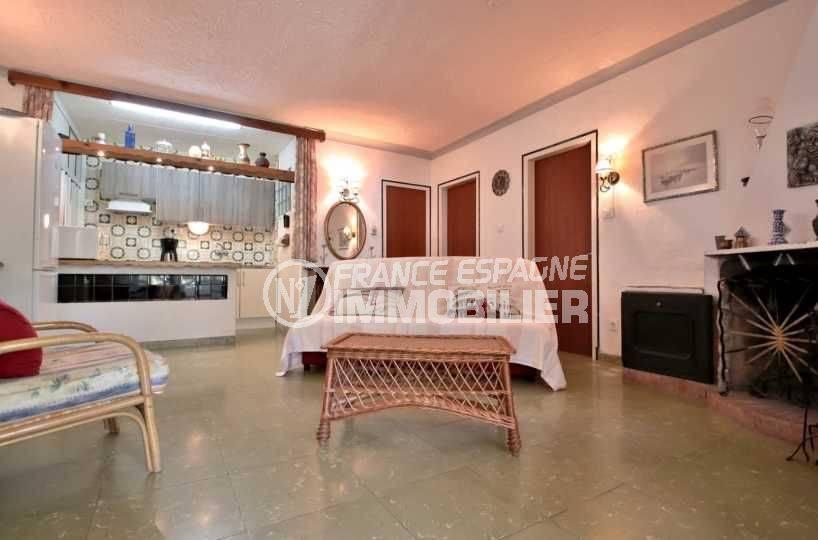 immobilier rosas: appartement ref.3767, aperçu du séjour côté cuisine américaine aménagée