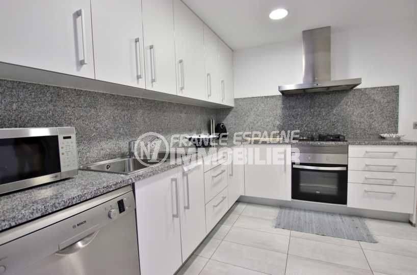 agence immobiliere rosas: appartement ref.3768, vue détaillée de la cuisine indépedante, avec accès sur une petite terrasse
