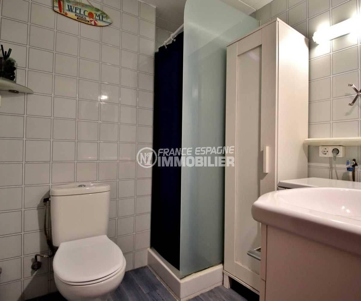 immobilier roses espagne: studio ref.3761, salle d'eau avec cabine douche et toilettes
