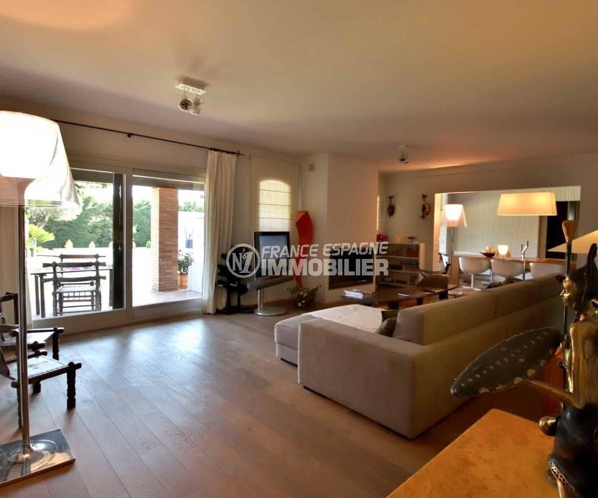 maison a vendre espagne bord de mer, standing, salon / séjour avec cuisine ouverte accès terrasse