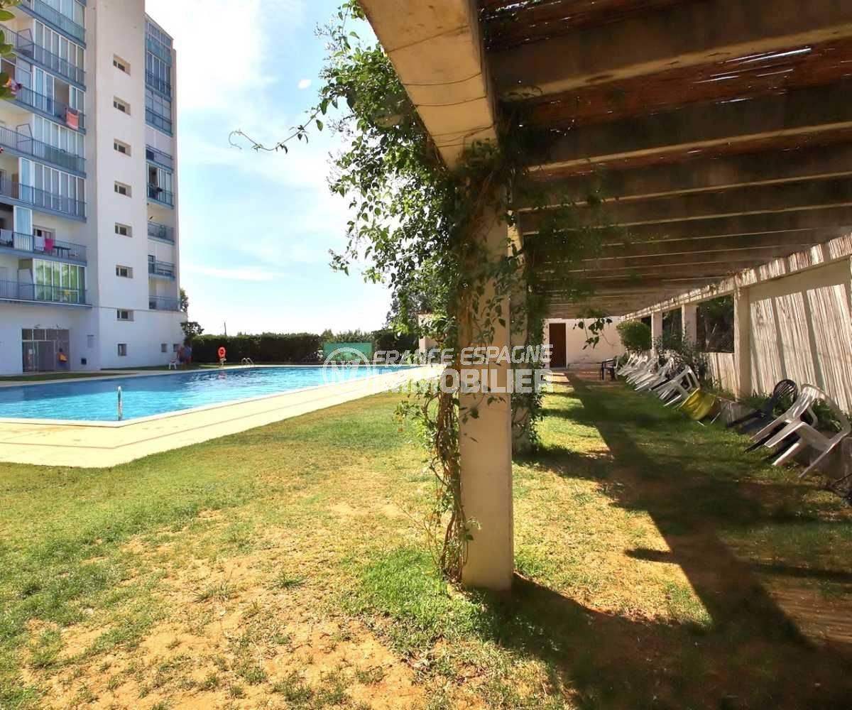 appartements a vendre a rosas, petit prix, vue piscine et espace extérieur coin détente