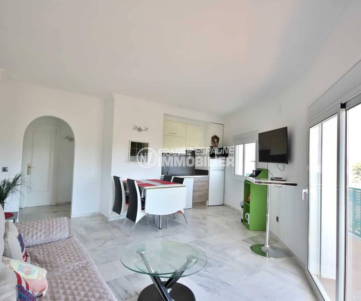 immobilier empuriabrava: appartement ref.3758, séjour / salle à manger et coin cusine au fond