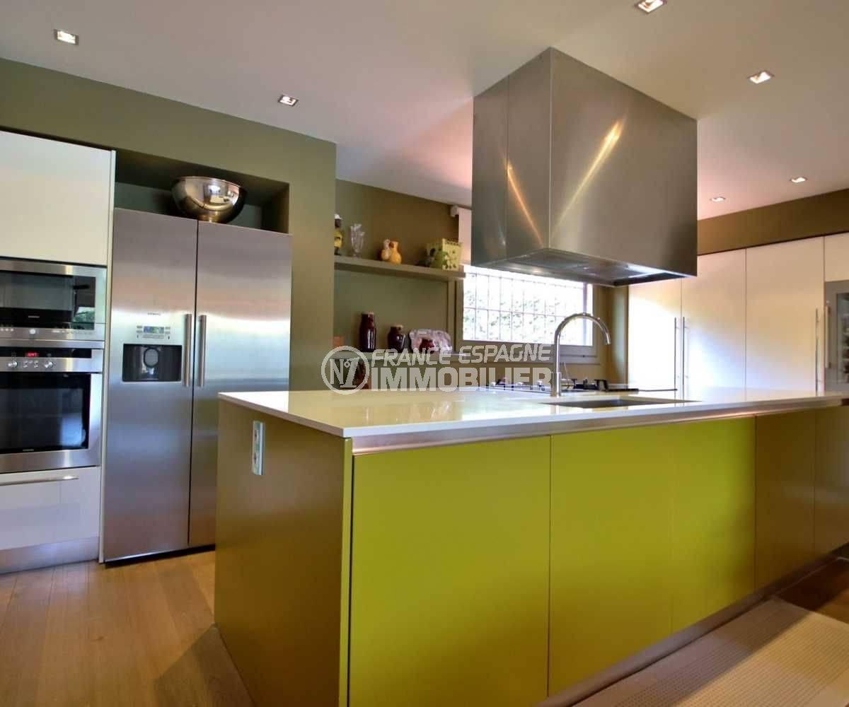 maison costa brava, golf perelada, cuisine américaine ouverte sur le salon toute équipée