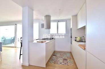 vente appartement rosas espagne, atico standing, cuisine américaine équipée et fonctionnelle