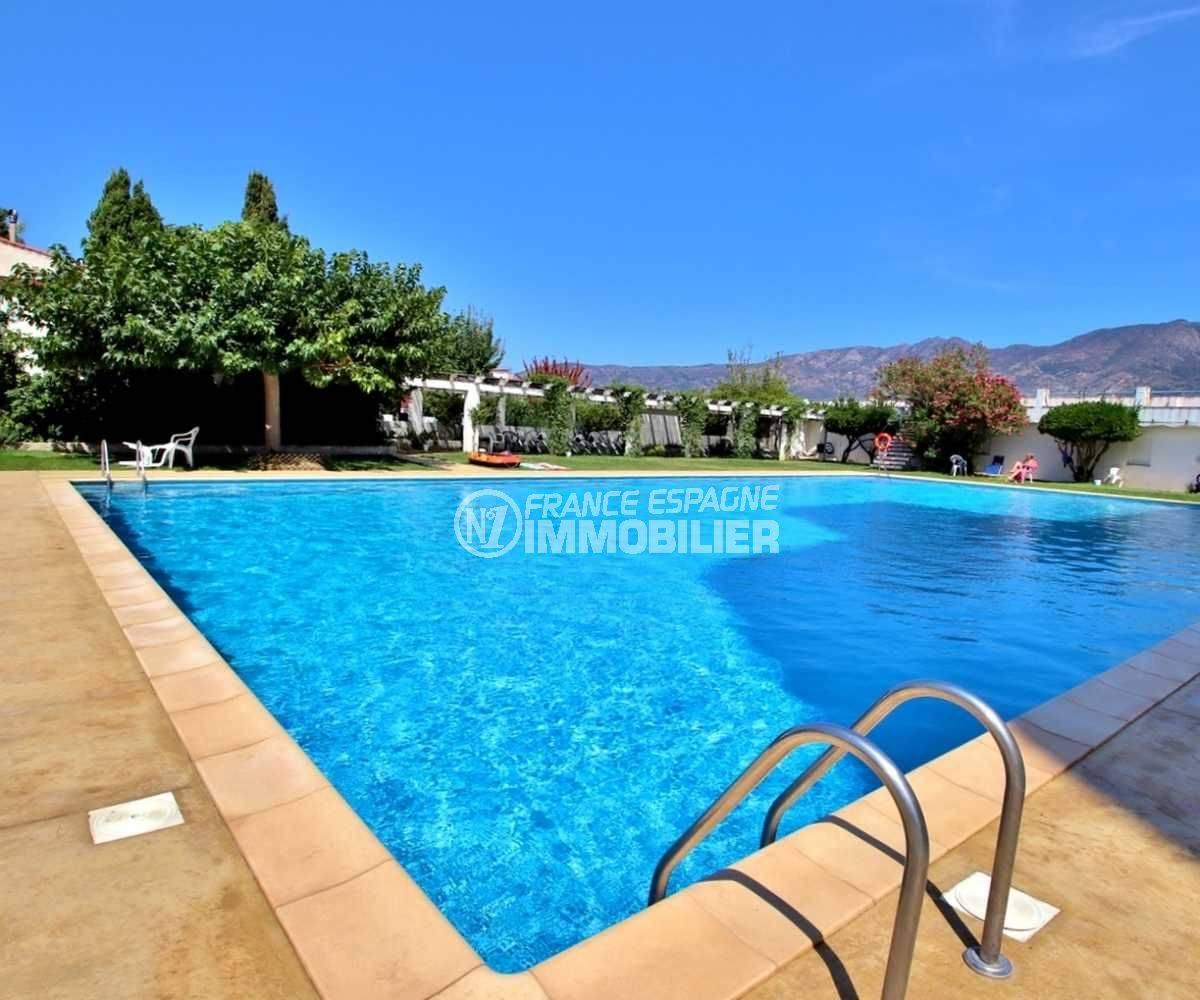 achat appartement rosas, proche plage, vue plongeante sur la piscine avec paysage montagneux
