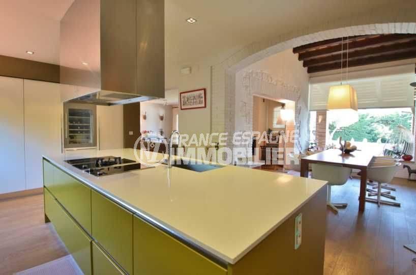 vente maison espagne costa brava, 362 m², cuisine américaine fonctionnelle coin repas