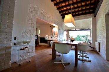 vente villa costa brava, proche plage, espace repas , vue sur la cheminée du salon