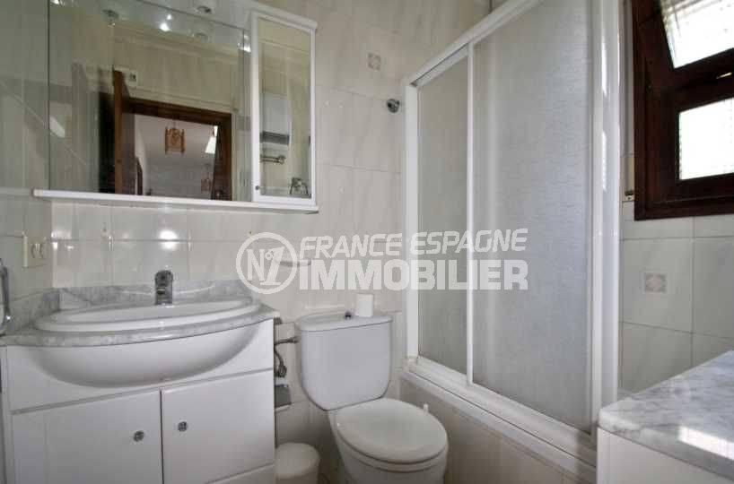vente maison rosas espagne, 77 m², salle de bains avec baignoire, meuble vasque et wc
