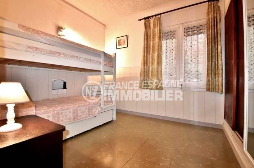 immobilier espagne costa brava: appartement ref.3767, aperçu chambre 2, lit superposé et placards intégrés