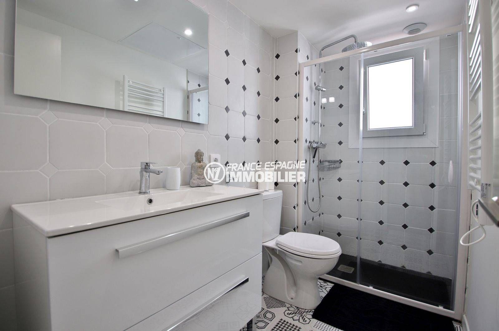 agence immobiliere costa brava: ref.3760, salle d'eau: douche à l'italienne, vasque, wc