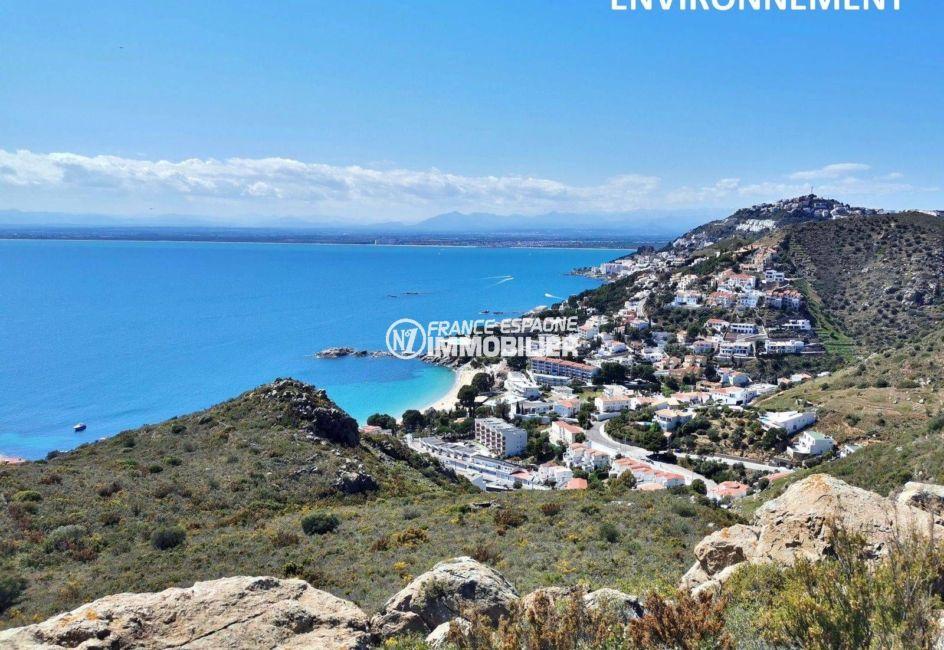 magnifique paysage des montagnes et de la mer à proximité
