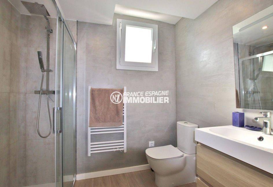 appartement rosas vente, proche plage, salle d'eau de la suite parentale douche, vasque et wc