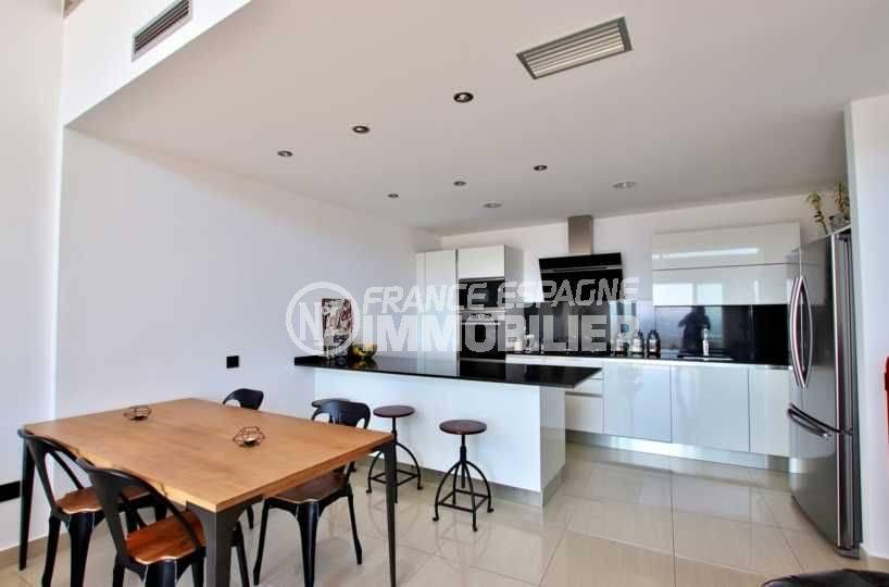maison a vendre rosas vue mer, terrain 930 m², salle à manger avec cuisine américaine ouverte