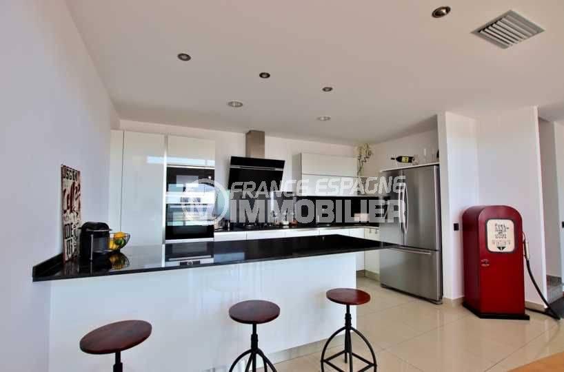 agence rosas: villa 241 m², cuisine américaine toute équipée avec nombreux rangements