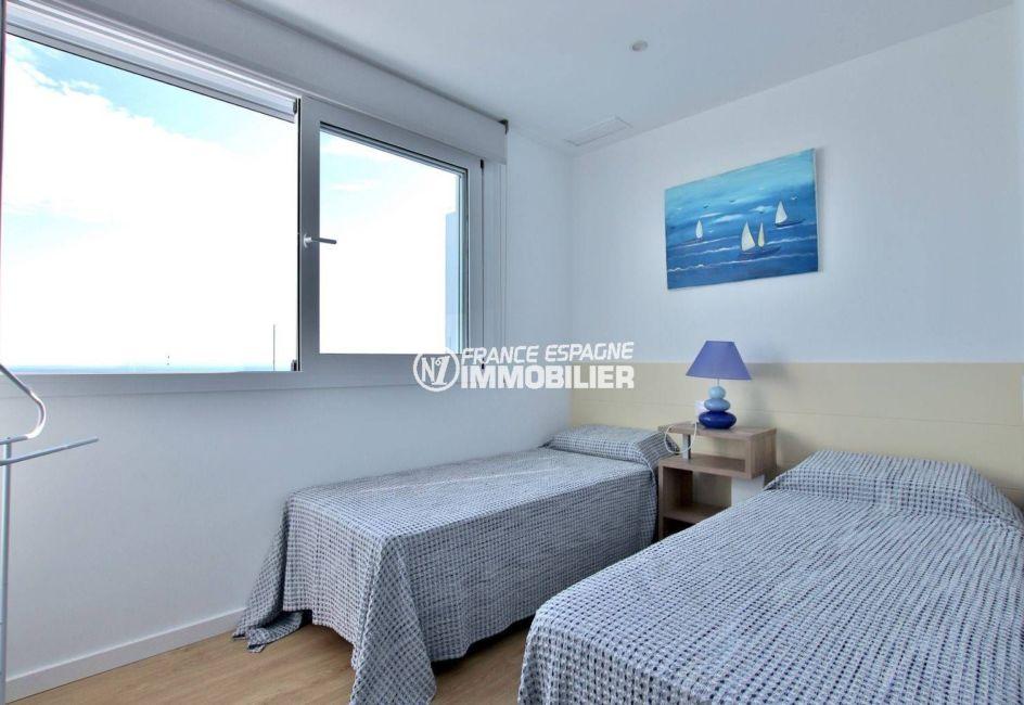roses immobilier: appartement atico 99 m², deuxième chambre avec 2 lits simples