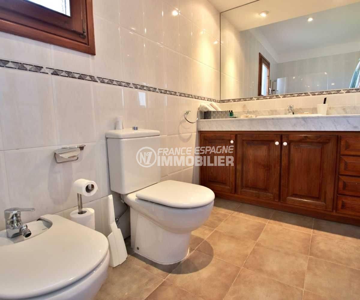n1immobilier: villa 362 m², salle de bains avec meuble vasque, wc et bidet