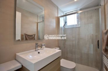 immobilier costa brava: appartement 99 m², deuxième salle d'eau avec douche, vasque et wc