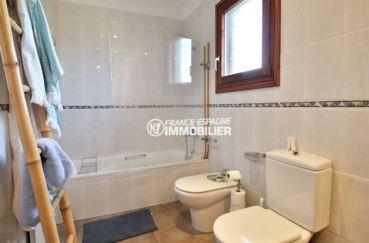 maison a vendre espagne catalogne, proche golf perelada, salle de bains avec toilettes