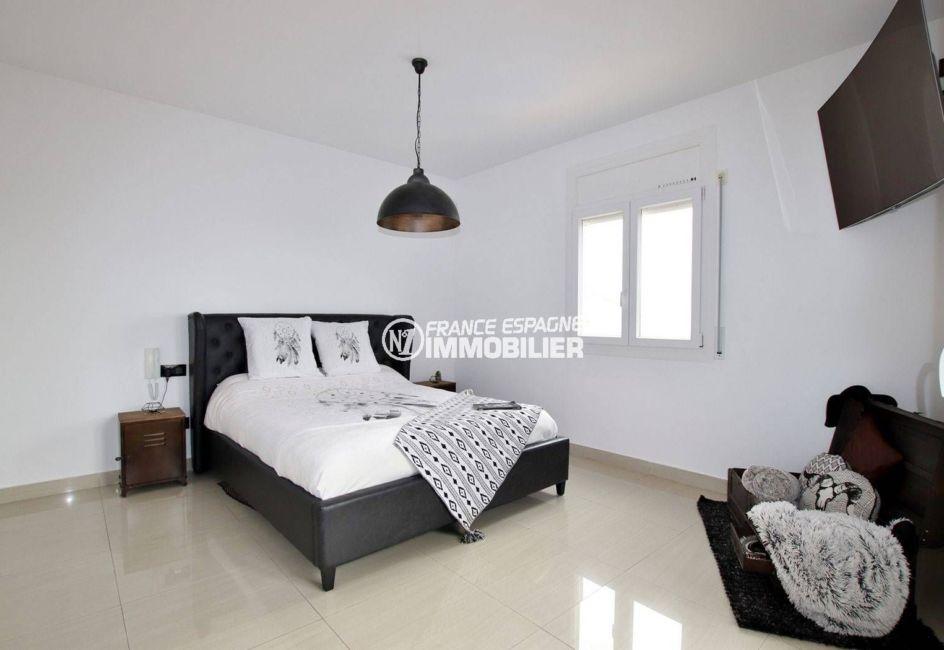 achat rosas: villa 241 m², première chambre suite parentale lumineuse avec lit double